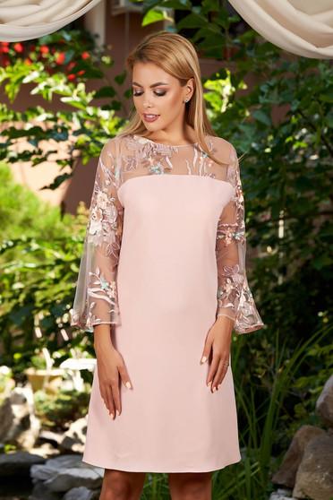 Világos rózsaszín hímzett rövid egyenes ruha kerekített dekoltázssal harang ujjakkal