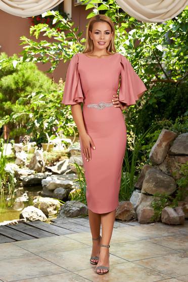 Világos rózsaszín elegáns midi ceruza ruha strassz köves díszítéssel muszlin ujjakkal kerekített dekoltázssal