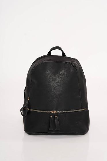 Fekete casual hátizsák műbőrből állítható pántokkal és cipzárral van ellátva