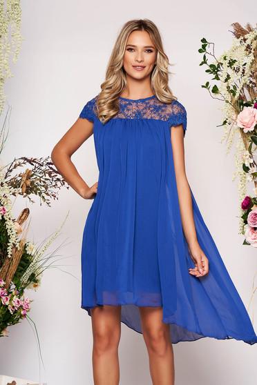 Kék aszimetrikus elegáns rövid ujjú bő szabású rövid ruha muszlinból pólónyakkal