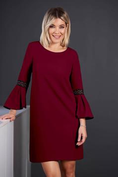 Burgundy StarShinerS elegáns rövid ruha pólónyakkal háromnegyedes harang ujjakkal hímzett betétekkel