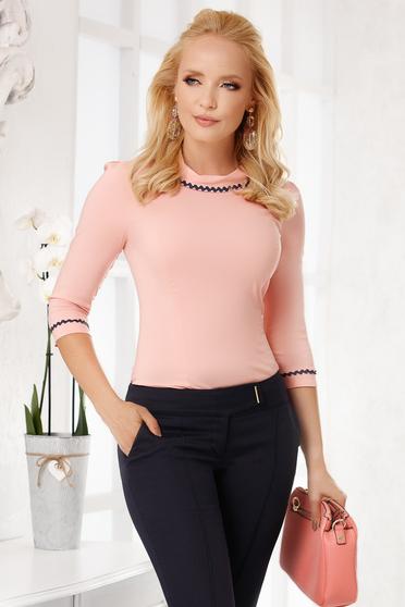 Világos rózsaszín elegáns pamutból készült szűk szabású női ing kerekített dekoltázssal