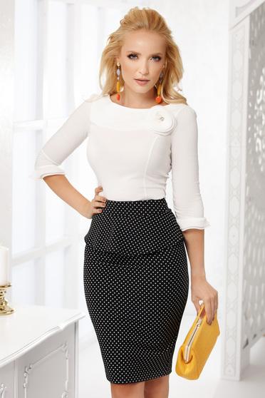 Fehér elegáns pamutból készült szűk szabású női ing bross kiegészítővel hosszú ujjakkal