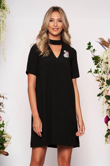 Fekete StarShinerS elegáns rövid bő szabású mellrésznél kivágott ruha bross kiegészítővel