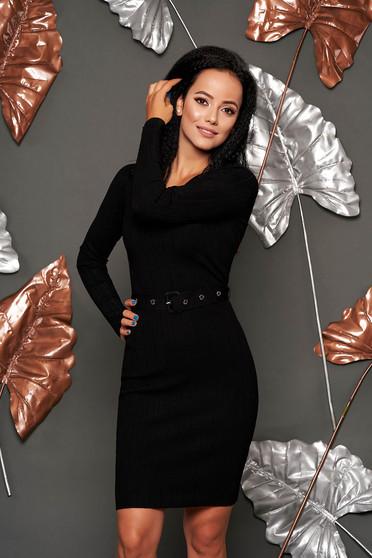 Fekete casual midi rövid ceruza ruha kerekített dekoltázssal hosszú ujjakkal öv típusú kiegészítővel
