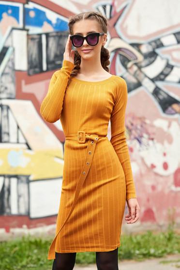 Mustársárga casual midi rövid ceruza ruha kerekített dekoltázssal hosszú ujjakkal öv típusú kiegészítővel