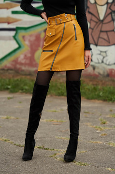 Mustársárga casual rövid szoknya műbőrből álzsebekkel szintetikus bőr övvel