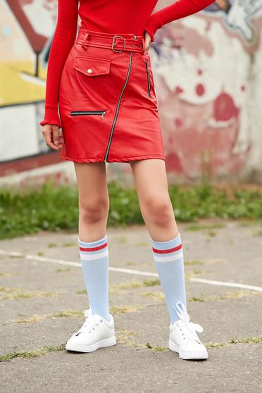 Piros casual rövid szoknya műbőrből álzsebekkel szintetikus bőr övvel