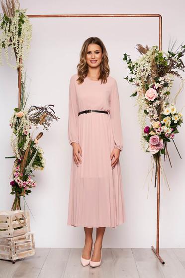 Világos rózsaszín elegáns midi rakott, pliszírozott bő szabású ruha muszlinból és szintetikus bőr övvel