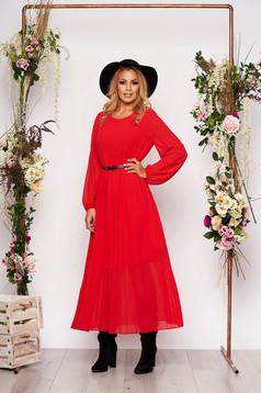 Piros elegáns midi rakott, pliszírozott bő szabású ruha muszlinból és szintetikus bőr övvel