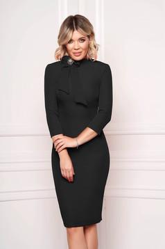 Fekete StarShinerS elegáns irodai midi ruha enyhén rugalmas anyagból bross kiegészítővel