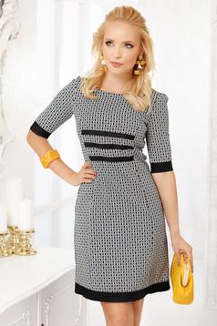 Fekete elegáns rövid egyenes ruha vékony anyagból háromnegyedes ujjakkal grafikai díszítéssel