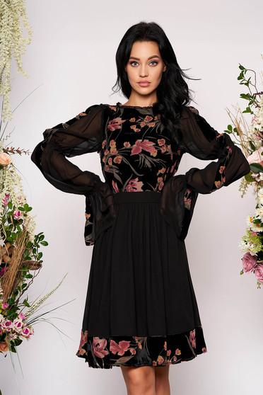 Fekete alkalmi virágmintás midi harang ruha bársonyból és muszlinból hosszú bővülő ujjakkal