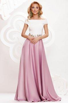 Világos rózsaszínű ruha hímzett betétekkel szatén anyagból alkalmi harang