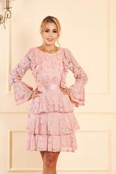 Világos rózsaszínű ruha rövid alkalmi csipkés anyagból bővülő ujjakkal hosszú ujjakkal pólónyakkal