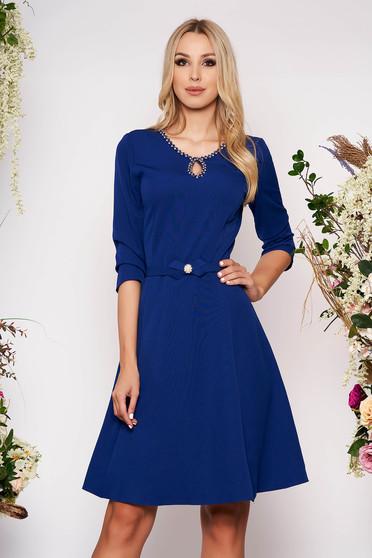 Kék elegáns harang ruha öv típusú kiegészítővel finom tapintásu anyagból kézzel készített részletek