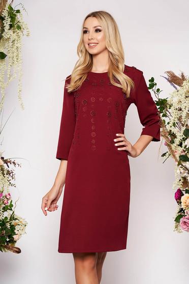 Burgundy elegáns midi egyenes ruha háromnegyedes ujjakkal gyöngyös strassz köves díszítéssel