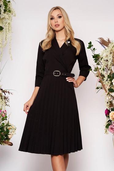 Fekete elegáns midi harang rakott, pliszírozott ruha brossal ésl öv típusú kiegészítővel