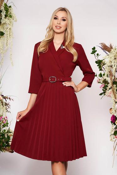 Burgundy elegáns midi harang rakott, pliszírozott ruha brossal és öv típusú kiegészítővel