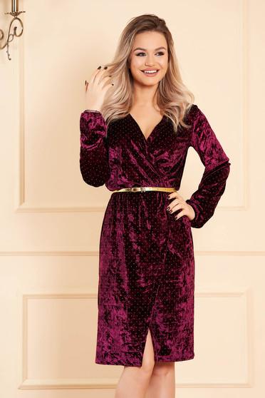Burgundy StarShinerS alkalmi dekoltált ruha hosszú ujjakkal bársonyból strassz köves díszítéssel és öv típusú kiegészítővel