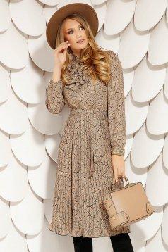 Barna elegáns midi fodros rakott, pliszírozott harang ruha geometrikus mintákkal hosszú ujjakkal