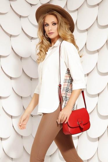 Fehér irodai rövid aszimetrikus bő szabású női ing háromnegyedes ujjakkal rugalmas anyagból kockás