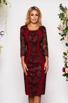 Burgundy ruha alkalmi midi ceruza szövettel kerekített dekoltázssal háromnegyedes ujjakkal virágos hímzés