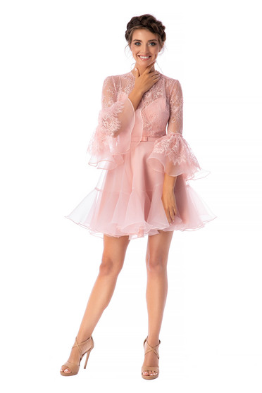 Púder rózsaszínű Ana Radu luxus rövid harang ruha csipkés anyagból és muszlinból bővülő háromnegyedes ujjakkal