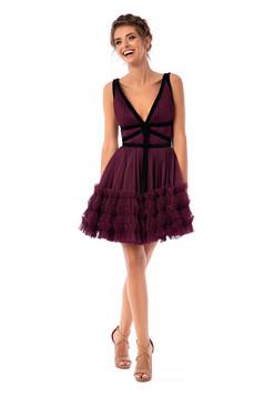Sötétlila Ana Radu luxus ujjatlan rövid harang ruha tüllből bársony csíkokkal és mély dekoltázzsal