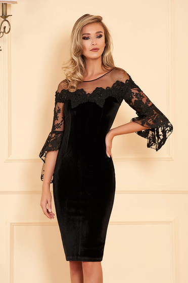 Fekete alkalmi szűk szabású ruha bársony és csipke anyagból gyöngyös díszítéssel