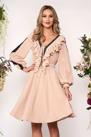Krémszínű elegáns harang ruha v-dekoltázzsal muszlinból csipke díszítéssel