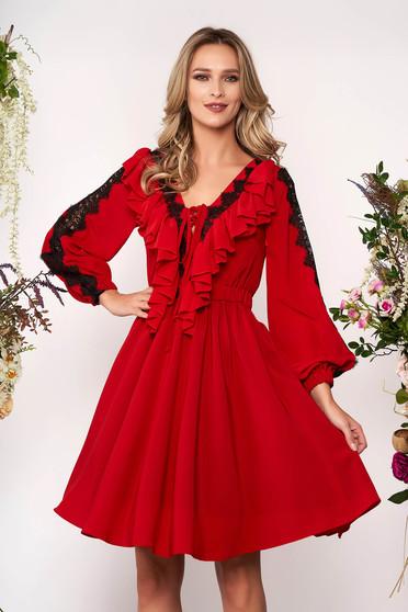 Piros elegáns harang ruha v-dekoltázzsal muszlinból csipke díszítéssel