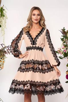 Krémszínű elegáns deréktól bővülő szabású ruha muszlinból csipke díszítéssel