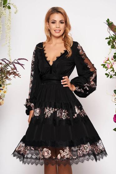 Fekete elegáns deréktól bővülő szabású ruha muszlinból csipke díszítéssel