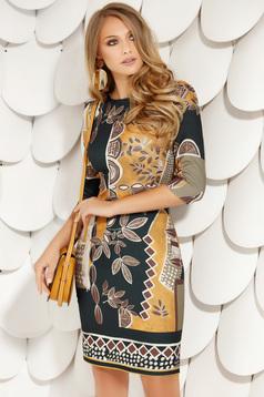 Mustársárga elegáns ceruza ruha kerekített dekoltázssal háromnegyedes ujjakkal grafikai díszítéssel