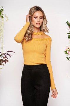 Mustársárga szűk szabású női blúz kötött anyagból és csipkéből hosszú ujjakkal