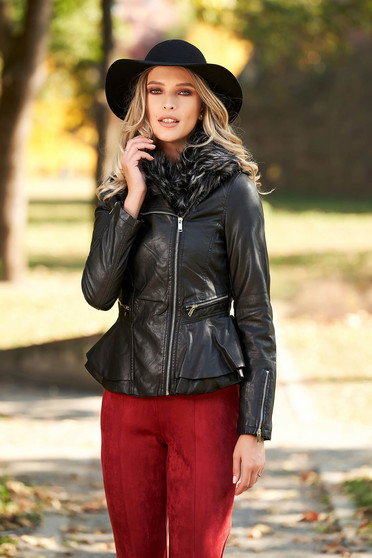 Fekete karcsusított szabású dzseki műbőrből szőrme gallérral és bundabélessel ellátva