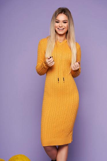 Mustársárga hétköznapi szűk szabású ruha kötött anyagból hosszú ujjakkal