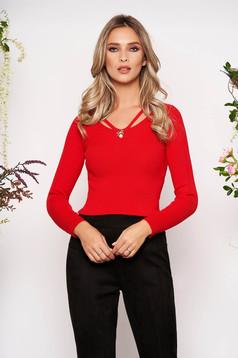 Piros elől kivágott kötött szűk szabású női blúz hosszú ujjakkal v-dekoltázzsal bross kiegészítővel