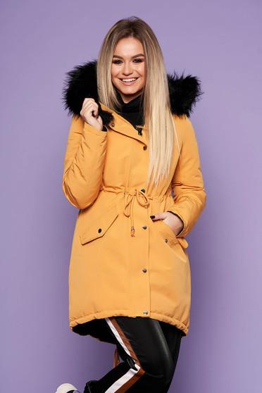Mustársárga casual derékban zsinóros fix kapucnis bő szabású dzseki műszőrme díszítéssel kifordítható béléssel