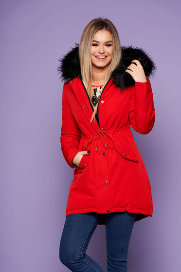 Piros casual derékban zsinóros fix kapucnis bő szabású dzseki műszőrme díszítéssel kifordítható béléssel