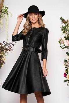 Fekete hétköznapi deréktól bővülő szabású szintetikus bőr ruha öv típusú kiegészítővel