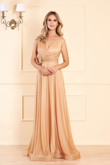 Aranyszínű alkalmi mellrésznél szivacsos hosszú harang ruha mély dekoltázzsal