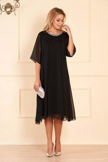 Fekete bő szabású alkalmi ruha muszlinból csillogó kiegészítők