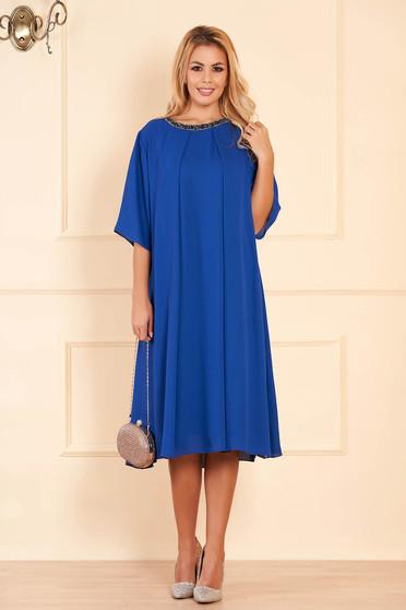 Kék bő szabású alkalmi ruha muszlinból csillogó kiegészítőkkel
