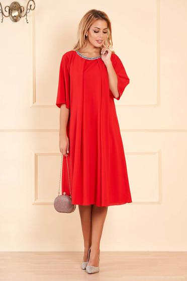 Piros bő szabású alkalmi ruha muszlinból csillogó kiegészítők