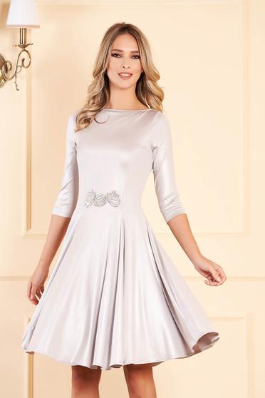 Ezüstszínű StarShinerS alkalmi deréktól bővülő szabású elől hímzett ruha fényes anyagból