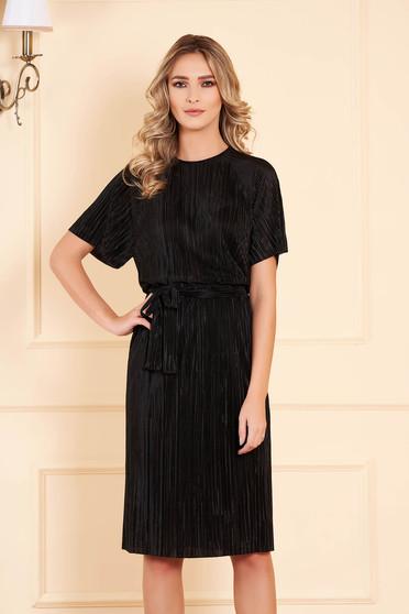 StarShinerS fekete bársony egyenes midi ruha háromnegyedes ujjakkal övvel ellátva