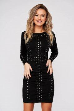 Fekete rövid szűk szabású party ruha rugalmas anyagból fémes szegecsekkel