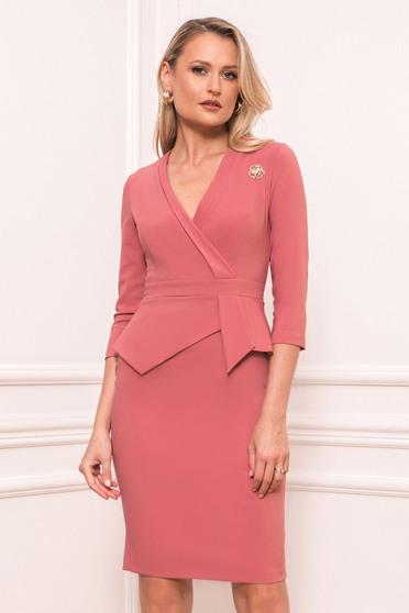 Púder rózsaszínű elegáns rövid ceruza ruha peplummal bross kiegészítővel